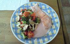 Ugnsrostade medelhavsgrönsaker med lax och het sås
