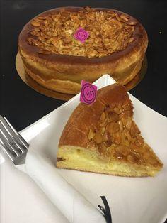 Le nid d'abeille: tarte briochée garnie de crème pâtissière à la vanille, glacée de miel et d'amendes.