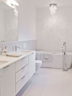 Banheiro claro com lustre de cristal