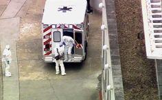 2日、米アトランタの病院に救急車で到着した、エボラ出血熱に感染した医師(中央右)(AP=共同) ▼3Aug2014共同通信|エボラ感染の米医師が帰国 隔離施設で初の治療 http://www.47news.jp/CN/201408/CN2014080301001018.html