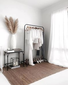 Pampas grass decorative dried flowers A contact of sweetness within the room with pampas herbs Interior Design Living Room Warm, Interior Design Studio, Soho House, Boutique Interior, Diy Apartment Decor, Teen Girl Bedrooms, Living Room Grey, Room Decor Bedroom, Bedroom Rugs