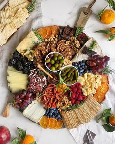 Big plate with tapas and little food. Charcuterie Recipes, Charcuterie And Cheese Board, Charcuterie Platter, Cheese Board Display, Cheese Boards, Party Food Platters, Cheese Platters, Tapas, National Cheese Lovers Day