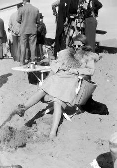 "Bette Davis, 1941. On the set of ""The Bride Came C.O.D."" con James Cagney y dirigidos por William Keighley."