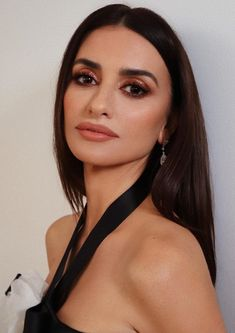 Penélope Cruz Chose Glamour for Her Face at the 2020 Academy Awards — InStyle Cheekbones Makeup, High Cheekbones, Twiggy, Penelope Cruz Makeup, Penelope Cruze, Javier Bardem, Skull Fashion, Fashion Fashion, Fashion Ideas