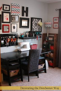 Sala de Costura ou Artesanato/ Sewing Room or Craft Room Coin Couture, Sewing Spaces, Sewing Rooms, Sewing Desk, Sewing Table, Space Crafts, Home Crafts, Craft Space, Home Office