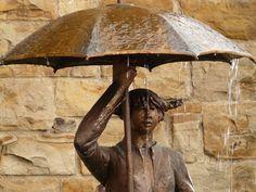 De Paraplu, Ik vind het voor een irritant voorwerp wat ze van mij nooit hadden hoeven uitvinden. #paraplu #umbrella #herfst #autumm #fiets #regen #bycicle #raining