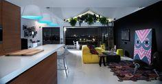 Energia de cores e plantas:  Natureza complementa vigor cromático do living - A tela de coruja observa com atenção esta penthouse em Brisbane, na Austrália, decorada pelo arquiteto Alexander Lotersztain. Ela contempla o equilíbrio de cores e formas que determina a identidade do ambiente.