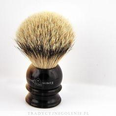 Najwyższej klasy pędzel do golenia Edwin Jagger z najwyższej jakości ręcznie selekcjonowanego włosia borsuka (SILVERTIP). Rączka jest imitacją jasnego rogu, na rączce logo Edwin Jagger.