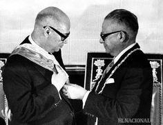 Rómulo Betancourt entrega la banda Presidencial a Raul Leoni