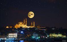 充滿異國風味童話感的伊斯坦布爾夜景照。 ©Burak Gerede