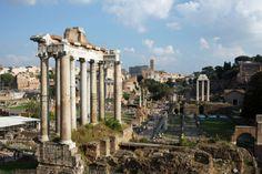 Zwei Gesichter der Ewigen Stadt: Rom ist eine Stadt der Gegensätze. Ein Spaziergang zwischen touristischer Hektik und römischer Gemütlichkeit. Im Bild: Das Forum Romanum. Hier geht's zum Reisebericht: http://www.nachrichten.at/reisen/Zwei-Gesichter-der-Ewigen-Stadt;art119,1239777 (Bild: Daniela Rabeder)