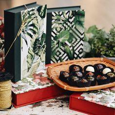Opções cheias de graça e tropicalismo do nosso modelo clássico de caixa Livro! 📚🌿🌺 O modelo tem as opções de 15 ou 24 Trufas. Na foto, para entrar no clima do tropicalismo, selecionamos os nossos sabores mais frescos: Tangerina, Maracujá, Limão, Morango, Gengibre, Coco e Frutas Vermelhas. #CiaMineiradeChocolates #Embalagens #CaixaLivro #Tropical