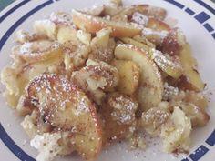 Omas Apfelschmarren aus dem Backrohr ist locker, leicht und ganz einfach zubereitet. #mehlspeisfräulein #mehlspeise #dessert #schmarrn #apfelschmarren #foodheaven #süßigkeiten #süßspeise #photooftheday #schmarrengerichte Dessert, Powdered Sugar, Souffle Dish, Cinnamon, Kaiserschmarrn, Fast Recipes, Deserts, Postres, Desserts