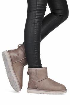 Ugg Australia  Classic Mini Leather feather http://www.mooieschoenen.nl/ugg-boots-classic-mini-leather-feather-enkelaarsjes-p570272 #ugg #mooieschoenen