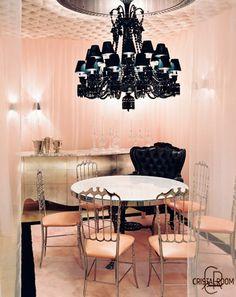 Baccarat a confié à Guy Martin, grand Chef étoilé et de renommée internationale, l'orchestration de sa Cristal Room. Secondé par David Angelot, il propose d'y déguster des mets des plus raffinés aux plus simples.