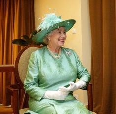 HM Queen Elizabeth II, what a gorgeous photo Die Queen, Hm The Queen, Royal Queen, Her Majesty The Queen, Save The Queen, Queen And Prince Phillip, Prince Philip, Fascinator, Diana
