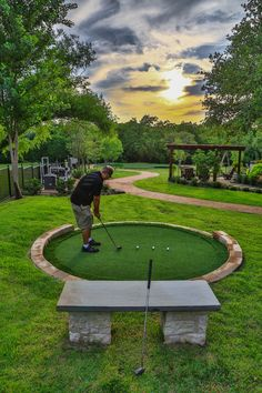 Golf fun in the backyard! very convenient to get out and practice your chip shot. Fun golf chipping tips Backyard Garden Design, Modern Backyard, Backyard Landscaping, Backyard Ideas, Large Backyard, Backyard Patio, Patio Ideas, Outdoor Ideas, Landscaping Ideas