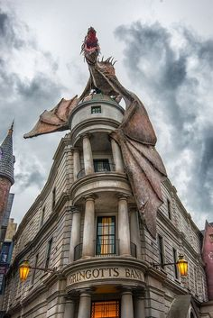 Find images and videos about harry potter, hogwarts and dragon on We Heart It - the app to get lost in what you love. Harry Potter Château, Blaise Harry Potter, Harry Potter Universal, Harry Potter Dragon, Harry Potter Diagon Alley, Amazing Animals, Harry Potter Pictures, Harry Potter Wallpaper, Fantastic Beasts