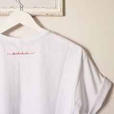 Todas as nossas camisetas tem a nossa logo bordada nas costas. Cada detalhe é bordado a mão e com muito amor! ❤️❤️ #embroidery #handmade #handembroidery #process #artesanato #bordado #bordadolivre #bordadoamao #feitoamao #feitonobrasil #tshirt #tshirts #tee #tees #instastyle #camiseta #camisetabordada #tshirtdodia #fashion #modicesinspira #hugme #cacto #cactus #bordadoria