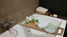 Voor over het bad, dit badrekje bamboe.  Om al je badspulletjes bij de hand te hebben tijdens het badderen.  Afmeting 64 x 15 cm.  Heel leuk om te krijgen of weg te geven  Gewicht 0.6 kg....