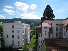 5 Zimmer-Penthouse in Freiburg-Herdern: Dieses besondere Angebot ist ein überaus großzügiges Penthouse mit Dachterrasse und Balkonen in Alleinlage auf der obersten Etage (5. OG) eines sehr gepflegten Wohn- und Geschäftshauses.