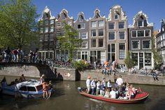 De huizen aan de grachten in Amsterdam zijn in de Gouden Eeuw niet onder architectuur gebouwd. Allemaal verschillend.
