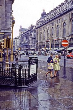 London, Piccadilly Circus Station in rain. Perutz Color, by Jean Paul Margnac Vintage London, Old London, London Rain, Rio Tamesis, Hotel Del Coronado, Swinging London, London History, Piccadilly Circus, Triomphe