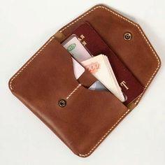 Для путешествий Leather Wallet Pattern, Handmade Leather Wallet, Leather Gifts, Leather Diy Crafts, Leather Projects, Leather Craft, Diy Leather Passport Holder, Leather Passport Wallet, Minimalist Leather Wallet