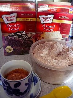 Mix a box of angel food cake with a box of your favorite cake mix. Then when you're craving cake, mix a small portion with water in a mug and microwave. minute in microwave, 2 tbs of water, 3 tbs of angel food cake mix! Angel Cake, Angel Food Cakes, Angel Food Cake Mix, Köstliche Desserts, Dessert Recipes, Yummy Treats, Sweet Treats, Good Food, Yummy Food