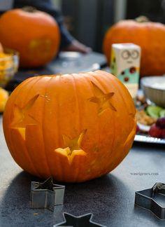 Geschnitze Kürbisse und eine bunte, gesunde Platte - waseigenes.com Beste Mama, Fall Diy, Halloween Diy, Bunt, Pumpkin, Autumn, Vegetables, Food, Patio Tables