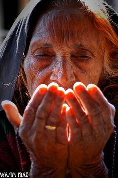 Dua (prayer) by Waseem Niaz Beautiful Hands, Beautiful People, Beautiful Pictures, Amazing Photos, Let Us Pray, Old Faces, People Around The World, Old Women, Prayers