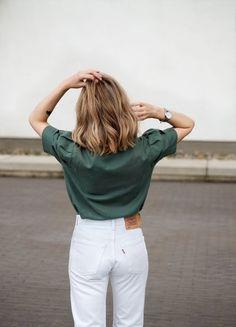 Chemise kaki + jean blanc = le bon look >>