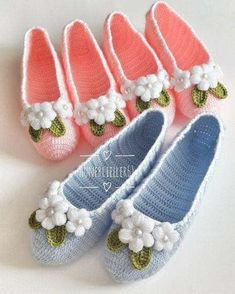 Cute Summer Slippers Crochet F Crochet Sandals, Crochet Boots, Crochet Yarn, Crochet Clothes, Crochet Stitches, Crochet Slipper Pattern, Crochet Patterns, Knitting Socks, Baby Knitting