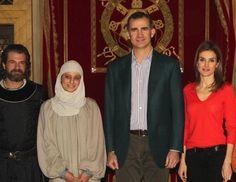 Los Príncipes Felipe y Letizia visitan a Michelle Jenner y Rodolfo Sancho en el rodaje de 'Isabel'