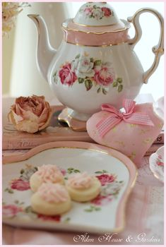 Shabby Chic Ideas Party Ana Rosa 24 Ideas For 2019 Dresser La Table, Decoration Shabby, Teapots And Cups, Tea Service, My Cup Of Tea, Rose Cottage, Chocolate Pots, Vintage Tea, Vintage Party