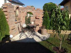 Eine Gartenmauer im Stil einer Ruine aus Sandstein | Ideen ...