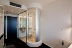 Wake up Copenhagen Hotel - stream-lined shower space