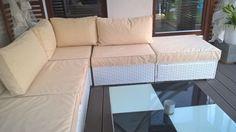 jasny i elegancki komplet poduszek na meble tarasowe z tkaniny wodoodpornej oxford.Siedziska z gąbki 10 cm i wygodne poduszki oparciowe. Pokrowce zdejmowane do prania