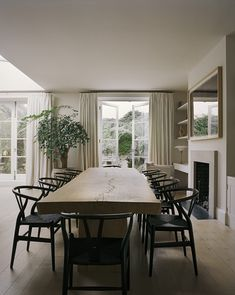 A Notting Hill Villa by interior designer Rose Uniacke Country Look, Rose Uniacke, Rose House, Interior Architecture, Interior Design, Luxury Interior, Oak Table, Villa Design, Notting Hill