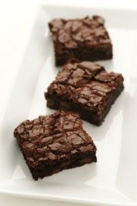 Smart Brownies Recipe - These delicious brownies use whole wheat flour instead of refined all purpose flour and egg whites instead of regular eggs. If they come out too dry, try bumping up the amount of olive oil. Low Fat Brownies, Moist Brownies, Healthy Brownies, Just Desserts, Delicious Desserts, Dessert Recipes, Yummy Food, Yummy Treats, Sweet Treats