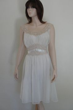 Vintage 1960s nightgown soft white with biege ecra lace medium large XL size 40 Vanity Fair ROMANTIC late 50's early 60's