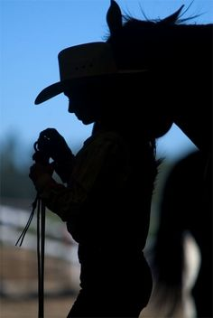 Silhouette of cowgirl and horse Foto Cowgirl, Cowgirl And Horse, Horse Girl, Horse Love, Cowboy Hats, Horse Photos, Horse Pictures, Pretty Horses, Beautiful Horses