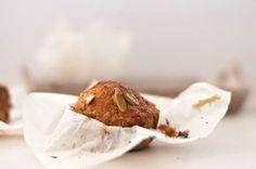Uns queques para degustar sem grandes pesos de consciência. Incorporam pouco açúcar e ganham com o sabor da fruta e vegetal
