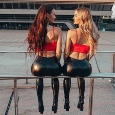 Skinny Leather Pants, Skinny Pants, Beautiful Buttocks, Hipster Girls, Shiny Leggings, Leather Dresses, Sexy Outfits, Pants For Women, Sexy Women