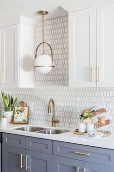 Over 37 ideas for two-tone kitchen cabinets to avoid boredom in the home - home decorations White Kitchen Cabinets, Kitchen Cabinet Design, Kitchen Cabinetry, Grey Cabinets, Kitchen Backsplash, Kitchen Ware, Kitchen Counters, Navy Kitchen, Rustic Cabinets