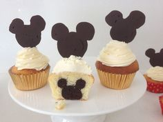 mickey mouse cupcakes with tutorial.this would be a cool inside to the doctor who cupcakes Mickey Cupcakes, Cupcakes Cool, Cupcake Cakes, Birthday Cupcakes, Cup Cakes, Disney Desserts, Disney Food, Disney Cakes Easy, Disney Recipes