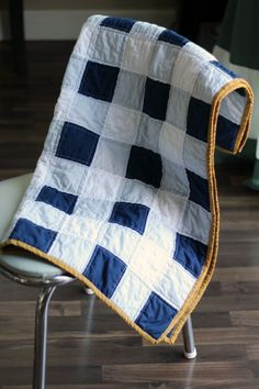 These 15 Easy Quilts for Beginners are a great place to start if you've always wanted to try quilting but worried it would be too hard! Straight Line Quilting, Quilting For Beginners, Baby Quilt Tutorials, Baby Quilt Patterns, Sewing Tutorials, Sewing Projects, Lap Quilts, Baby Quilts For Boys, Quilt Baby