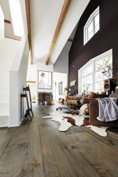 Lindura-Holzboden in Eiche rustikal olivgrau 8511 passt perfekt in die Urban Style Einrichtung. Mehr davon unter Markenboden.de #Industrie #UrbanStyle #modern #individuell #Kontrast #Look #Loft #Farben #alt #gebraucht #chic