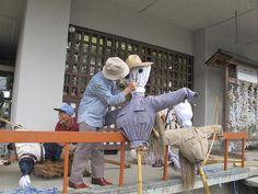 清掃奉仕が終わると、巴会の協働のまちづくり事業『伝統的稲作行事の復活と運営』の一環として、奉納御神田(松西地区)へ案山子(かかし)を設置しました。