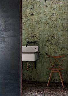Look at the vintage sink Old school and beautiful System Wallpaper, Wall Wallpaper, Bathroom Wallpaper Inspiration, Vintage Sink, Contemporary Wallpaper, Suites, Deco Design, Hallway Decorating, Beautiful Bathrooms